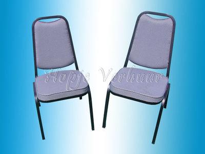 Stapel stoelen met stof bekl.